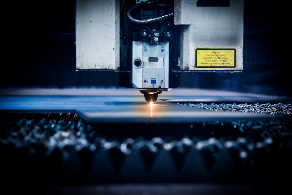 Macchinario laser in funzione | May Srls